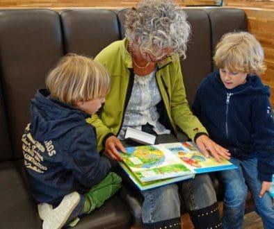Czytanie książek dzieciom może być przez babcię, dziadka oraz rodziców. Tanie książki dla dzieci w atrakcyjnej cenie to idealny pomysł na prezent.